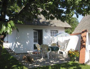 kleines Reetdachhaus der Ferienanlage an der Steilküste in Boltenhagen